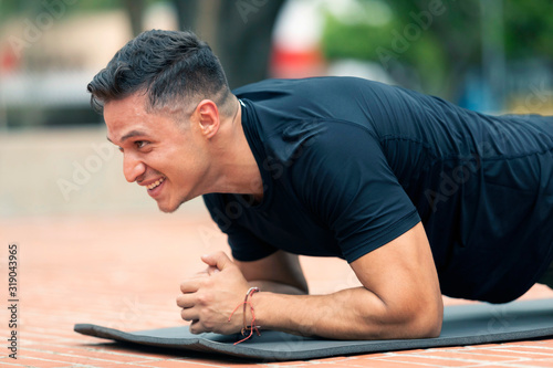 Young man exercising outdoors. Fototapete