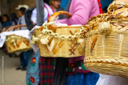 Fotografie, Obraz canastas de carrizo cargadas por señoras de pueblo