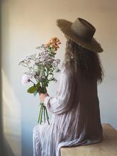 花を持つ女性のポー