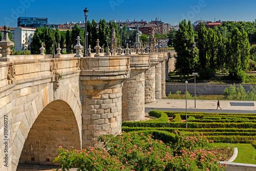 Photo The Puente De Toledo bridge in Madrid, Spain, Europe