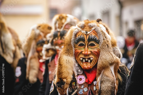 Foto Festival participants dressed up in handmade costume and mask at the Ulmzug carnival event