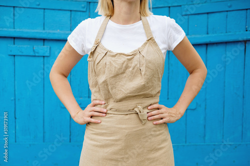Photo woman in apron standing on wooden vintage background
