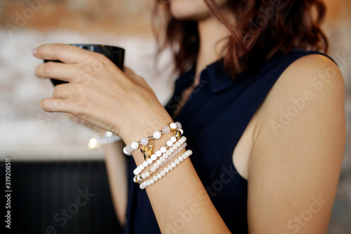 Fotografia Midsection Of Woman Holding Drink