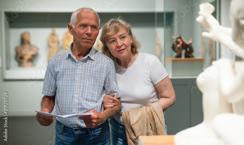 Photo Male and female pensioners visiting museum