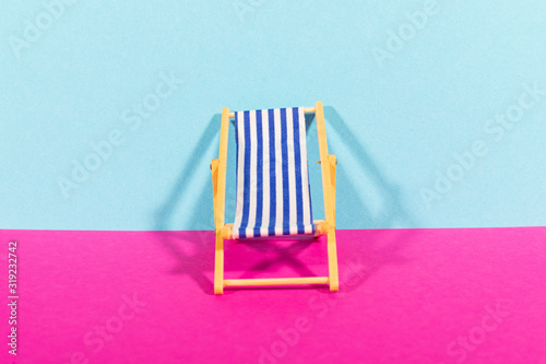 Sedia a sdraio colorata in estate su un muro colorato Canvas-taulu