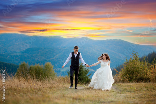 Photo Happy gorgeous bride and stylish groom run and having fun, wedding couple, luxur