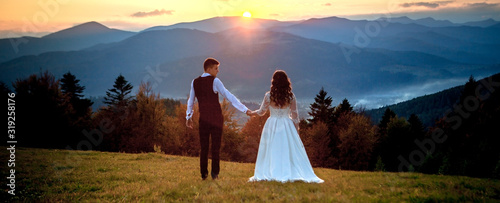 Fotografia Bride and Groom at Sunset Romantic Married Couple