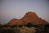 wschód księżyca nad górą spitzkoppe w górach pontoku w namibii