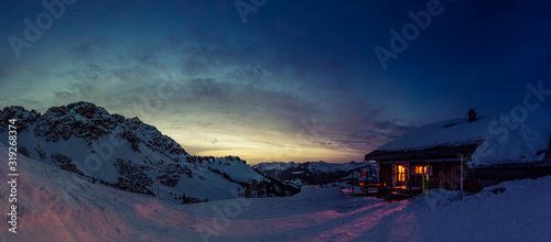 Fotografia Evening mood in a lonely mountain hut in the Austrian Alps, summit of the Breith
