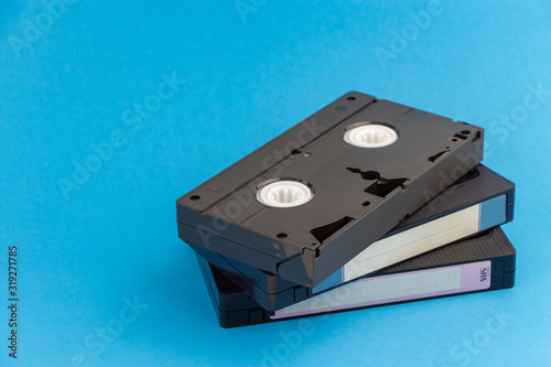Foto Several VHS video cassettes, on a blue background.