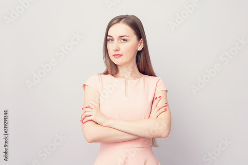 Photo Young girl looking intently at camera, gray background, portrait, copy space, to