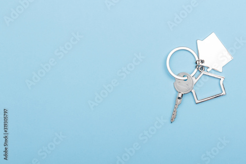 Fotografía House keys with trinket on color background, top view with copy space