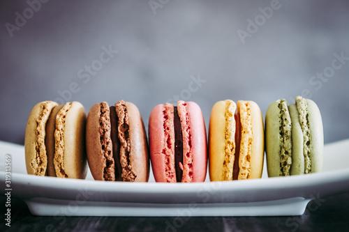 Fototapeta Assortiment de macarons colorés sur une assiette blanche