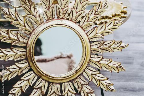 Cuadros en Lienzo Miroir rond avec tour en métal doré