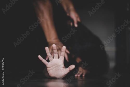 Fotografía Close up of man hands holding a woman hands for rape