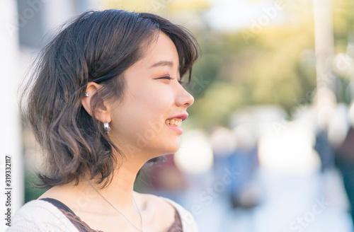 Obraz 笑顔の女性 横顔 東京 原宿 - fototapety do salonu