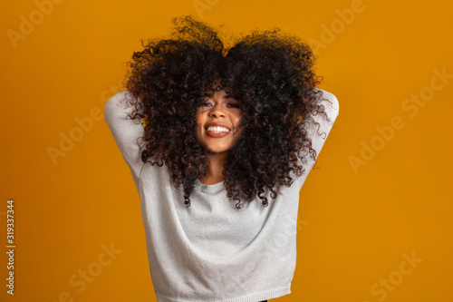 Foto Beauty portrait of african american woman with afro hairstyle and glamour makeup