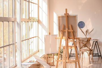 Interijer sobe modernog umjetnika