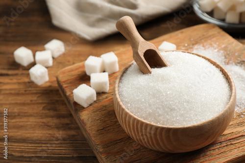 Obraz na płótnie Granulated sugar in bowl on wooden table