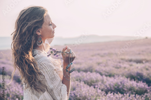 Photo Boho styled model in lavender field