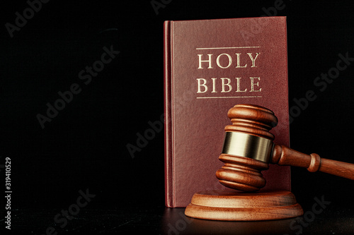 Photo judge gavel with holy bible on black background