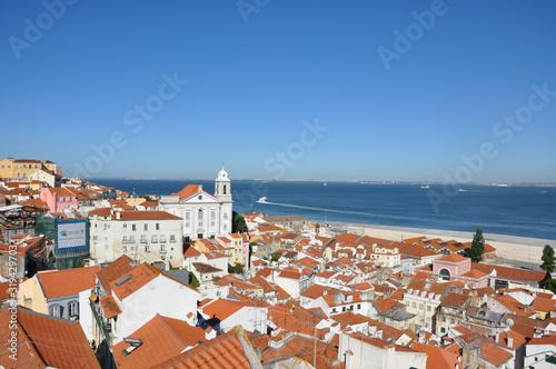 Stadtbild Lissabon, Aussicht auf das Meer, die Altstadt Alfama, Portugal Wallpaper Mural