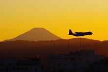 夕暮の富士山とC-130ハーキュリーズ