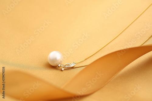 Platinum pearl pendant inlaid with diamonds and gold Fototapet