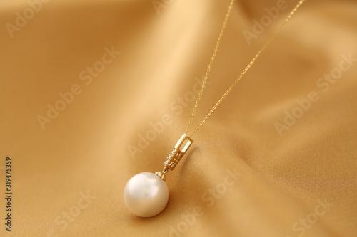 Platinum pearl pendant inlaid with diamonds and gold Billede på lærred