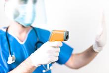 Coronavirus Medico Con Mascherina Fa Controlli Ai Passeggeri In Aeroporto Con Termometro Laser Per Misurare La Febbre
