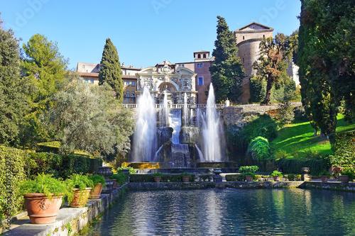 Fotografia fountain of Neptune and fishpond in italian renaissance garden - villa d'Este in