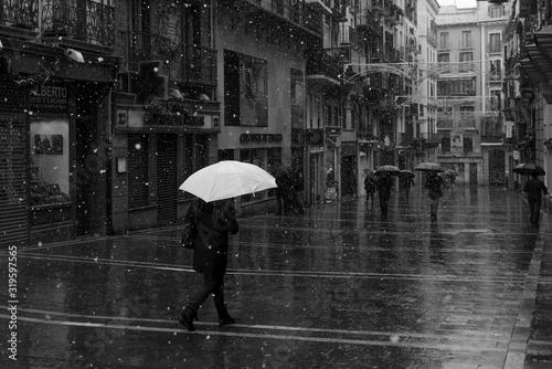Photo People Walking On Wet Footpath During Winter