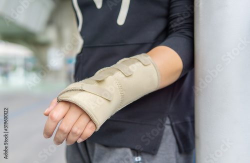 Midsection Of Man With Fractured Hand Fototapeta