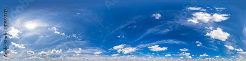 Fotomural Nahtloses Panorama mit blau-weißem Himmel 360-Grad-Ansicht mit schönen Cumulus-
