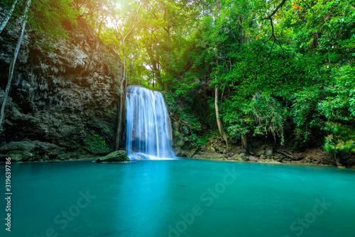 wodospad-w-tropikalnym-lesie-w-erawan