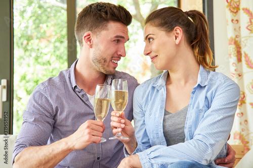 Photo Paar feiert Verlobung mit einem Glas Sekt