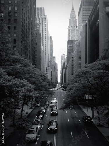 Foto City Street By Chrysler Building Against Clear Sky