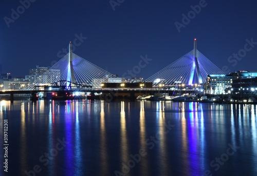 Illuminated Leonard P Zakim Bunker Hill Bridge Over Charles River At Night Fototapet