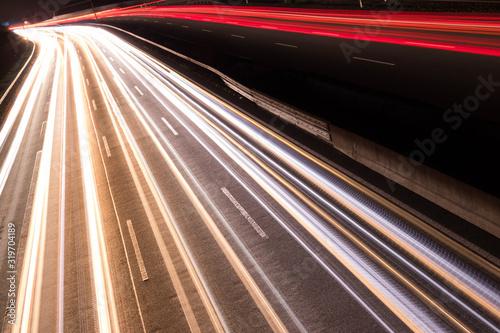 Fotografía Deutsche Autobahn mit Verkehr bei Nacht