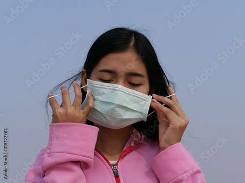 Photo Asian women wearing dust mask and headache protect from wuhan coronavirus china health emergency