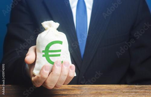 Fotografía Man holds euro money bag