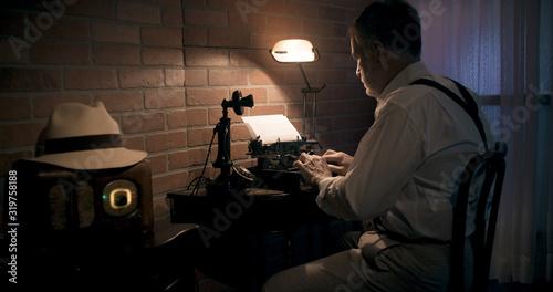 Fotografiet 1930s writer in his hotel room