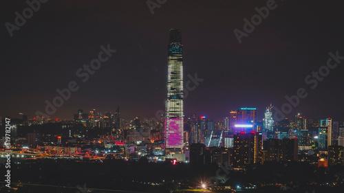 Photo ILLUMINATED BUILDINGS AGAINST SKY AT NIGHT