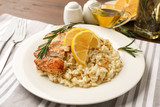 Fototapeta Kawa jest smaczna - Delicious chicken risotto with lemon slices on table