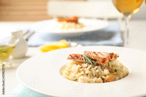 Photo Delicious chicken risotto served on table, closeup