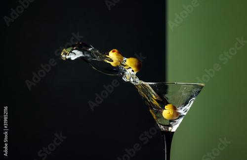 Fototapeta Martini with green olives splash. obraz