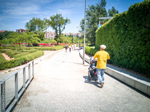 Photo The popular Madrid Rio promenade in the Arganzuela district of Madrid, in Spain,