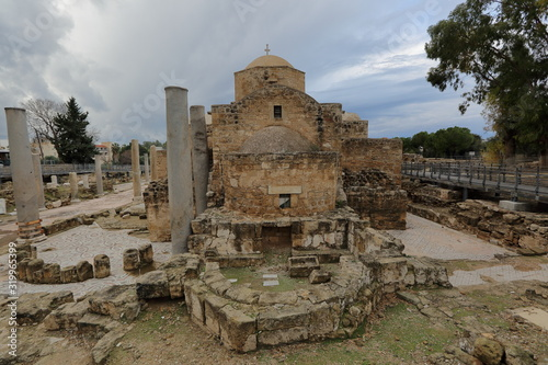 Photo Medieval Agia Kyriaki church in paphos, Cyprus, seen from apse side, around ruin