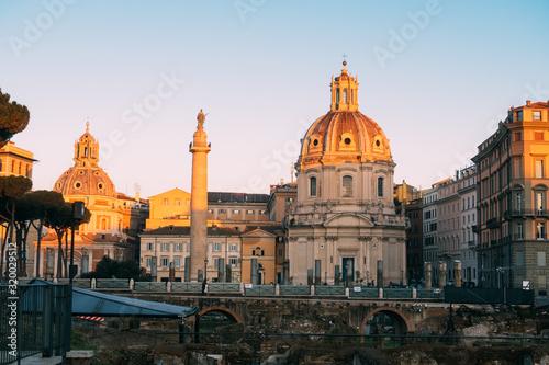 Photo Rome, Italy - Jan 2, 2020: Trajan's Column (UNESCO World Heritage Site) in Traja