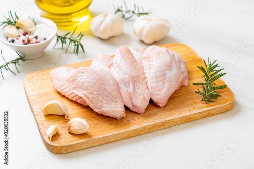 fresh raw middle chicken wings on wooden board Fototapete